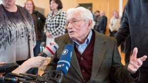 Former SS guard Jakob Wendel gives interviews after a day of hearings at a trial against a former Auschwitz guard at the court in Detmold, western Germany, on March 11, 2016. (AFP / dpa POOL / Bernd Thissen)